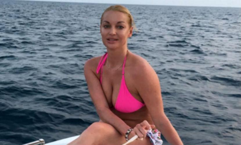 Анастасия Волочкова в розовом бикини и пуантах «погладила воду» любимых Мальдив
