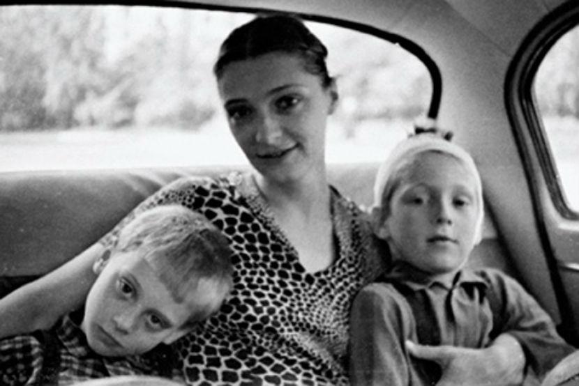 На фото (слева направо): Никита Высоцкий, Людмила Абрамова, Аркадий Высоцкий