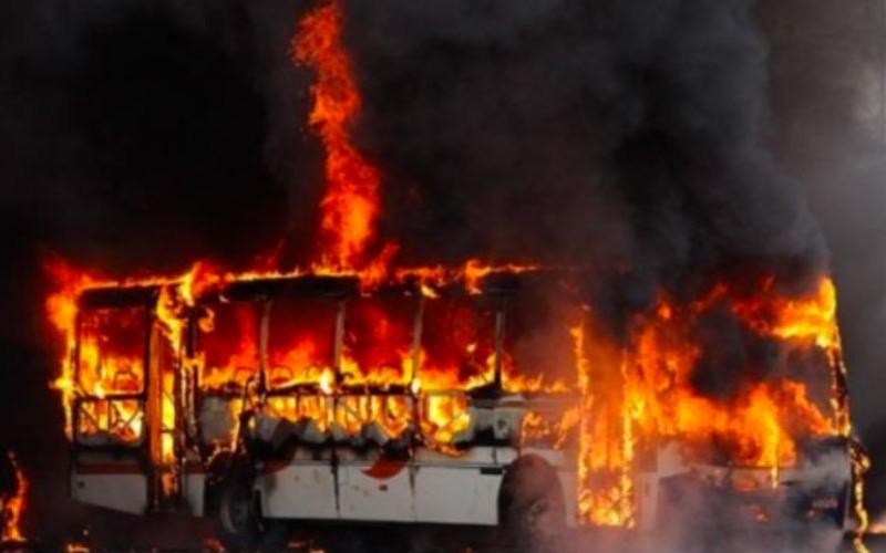 Автобус с пассажирами загорелся во время движения под Златоустом
