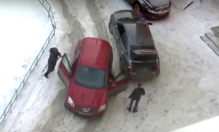 Разъяренная автомобилистка в Омске набросилась с битой на мужчину