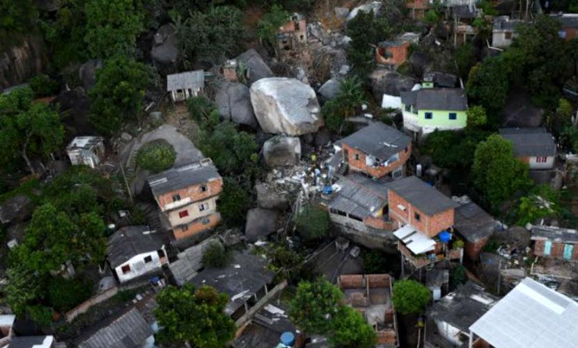 Момент падения глыбы на жилые дома в Бразилии зафиксировали видеокамеры