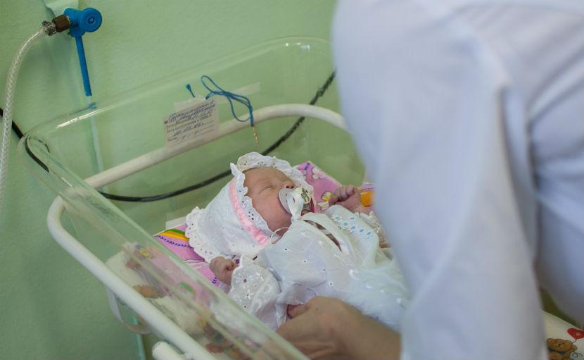 Новорожденную девочку, найденную в общественном туалете, удочерила семья священника