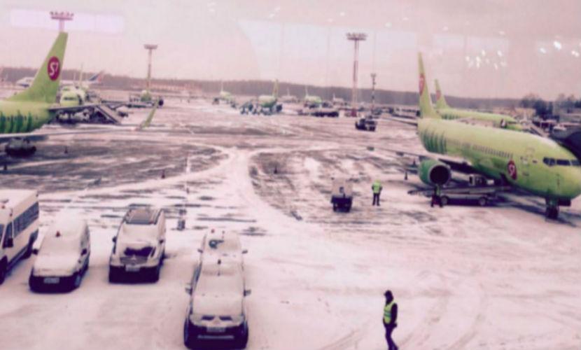 В аэропортах Москвы отменили 73 рейса из-за сильного снега