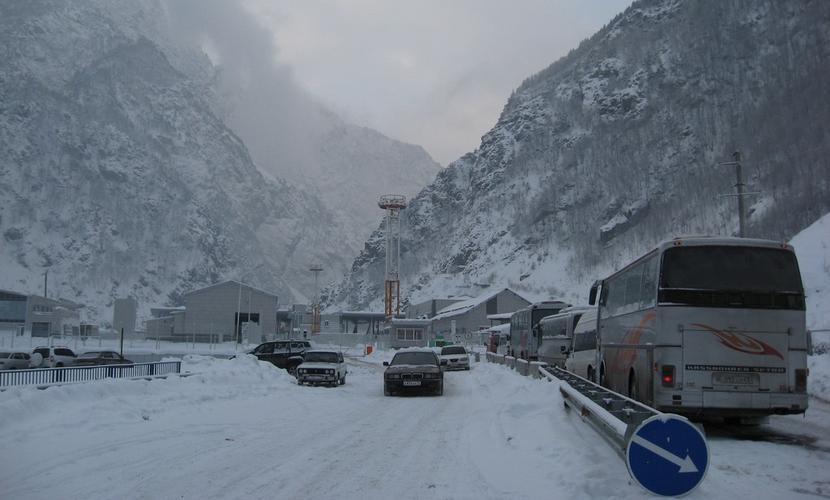 Резкое ухудшение погоды вынудило закрыть Военно-грузинскую дорогу для всех видов транспорта