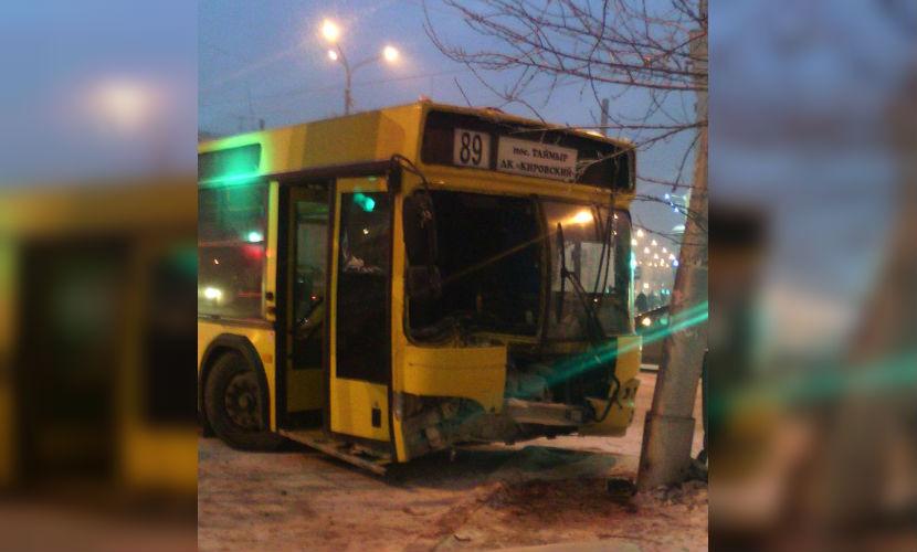 Две женщины пострадали в ДТП с автобусом и столбом в Красноярске