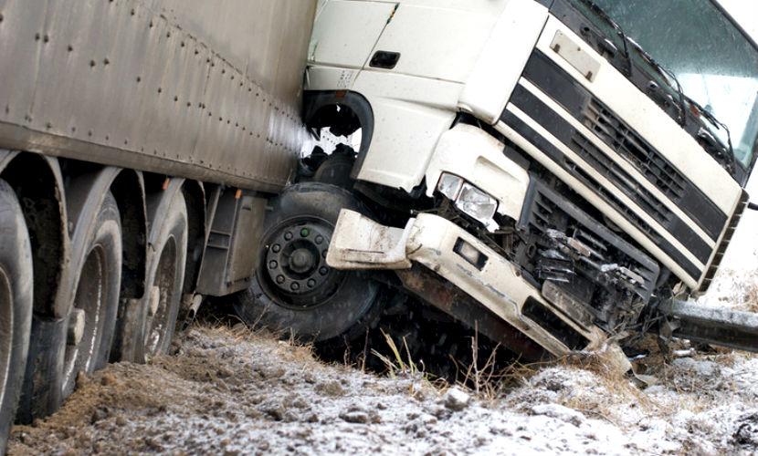 Микроавтобус и грузовик попали в крупное ДТП под Москвой, шесть человек госпитализированы