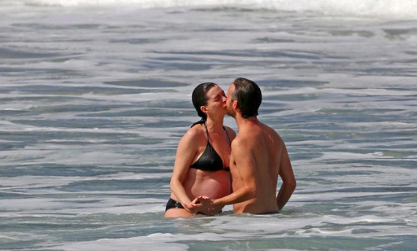 Беременная звезда Голливуда Энн Хэтэуэй откровенно показала любовь к мужу на Гавайях