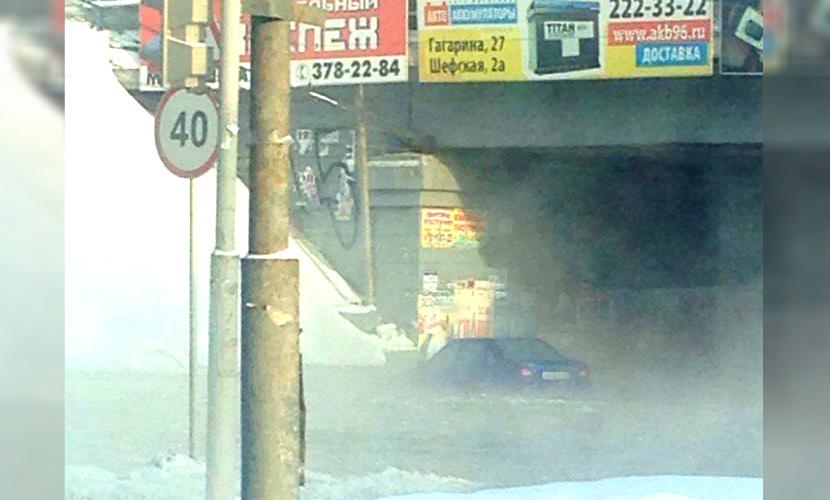 В Интернете появилось видео с вмерзшими в лед машинами из-за коллапса в Екатеринбурге