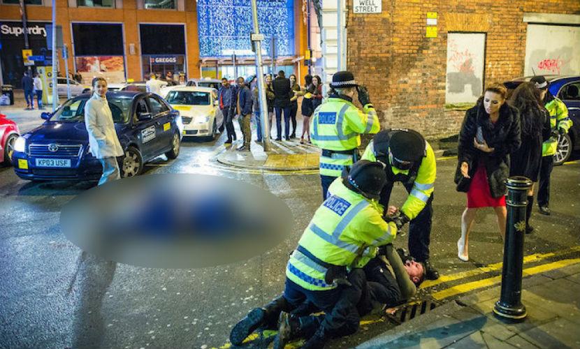 Фото пьяного британца в героической позе