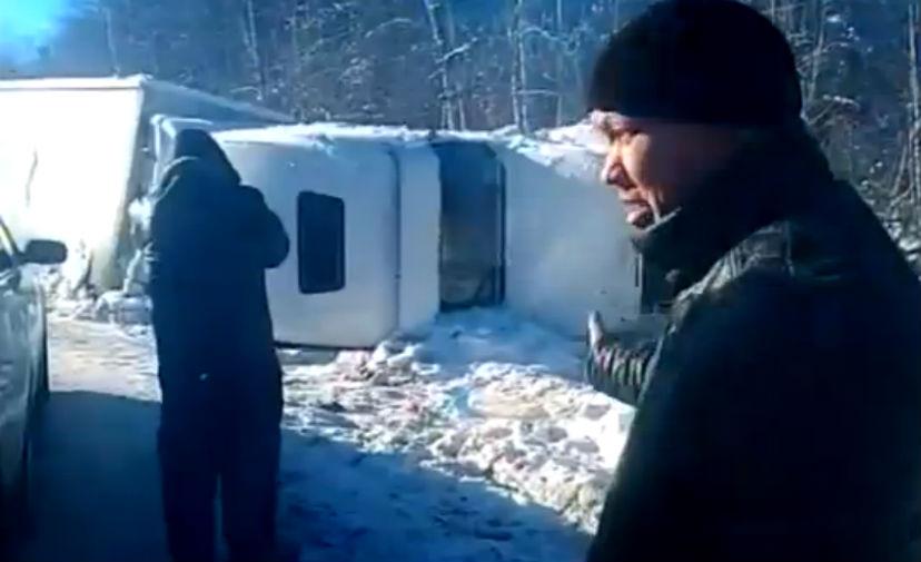 Замерзающие дальнобойщики, перевернувшиеся на трассе М55, дождались помощи от других водителей