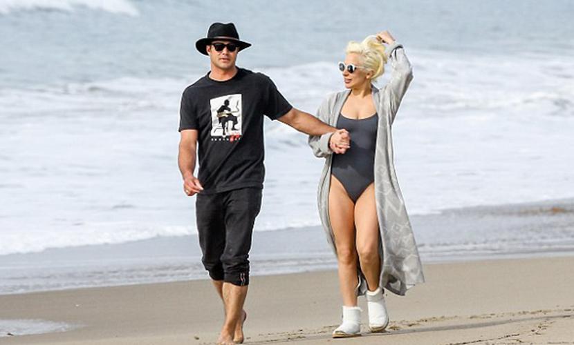 Леди Гага в купальнике на пляже Малибу показала пышные бедра