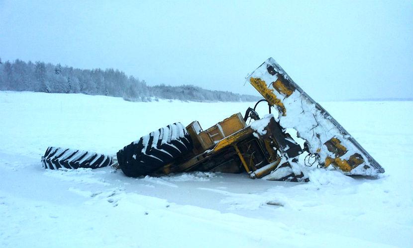 Геологи с трактором провалились под лед во время работ на Таймыре