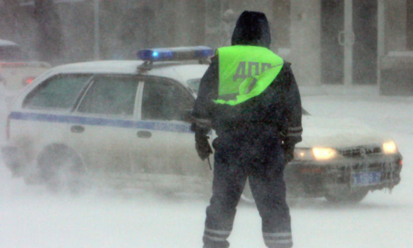 Отметивший Новый год водитель напал с ножом на инспектора ГИБДД