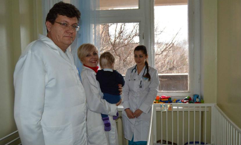 Младенец, изувеченный мамой и бабушкой в Крыму, пошел на поправку