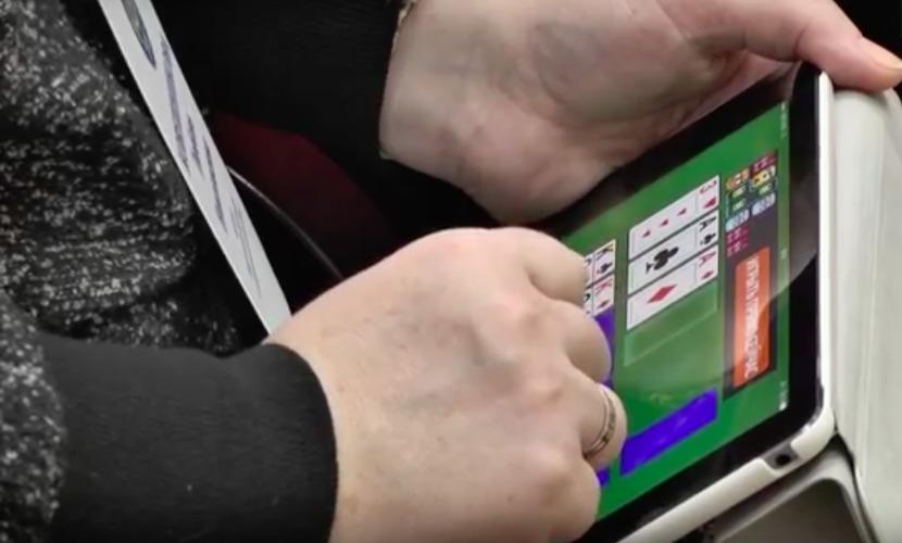 Чиновница играла в карты во время совещания губернатора ХМАО в Нижневартовске