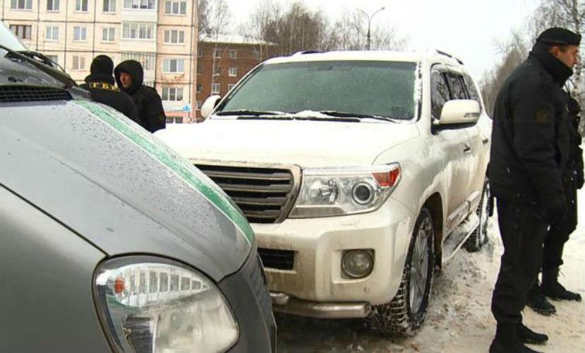 Житель Удмуртии возмутился действиями приставов и на сутки заперся в автомобиле