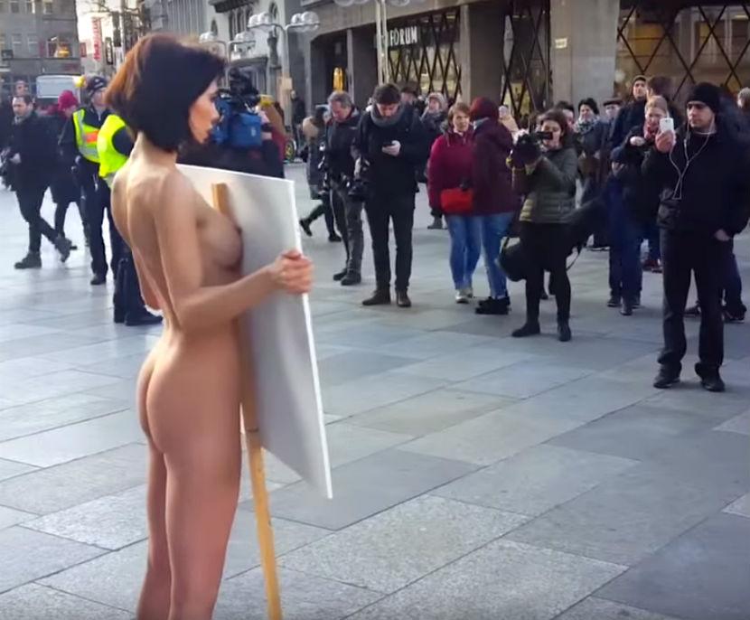 Забастовки голые девушки