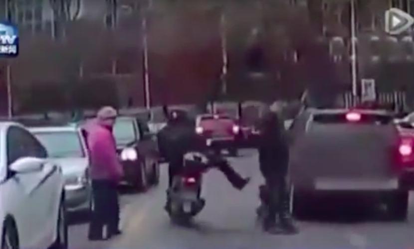 Видео c мотоциклистом из Китая шокировало пользователей Интернета по всему миру