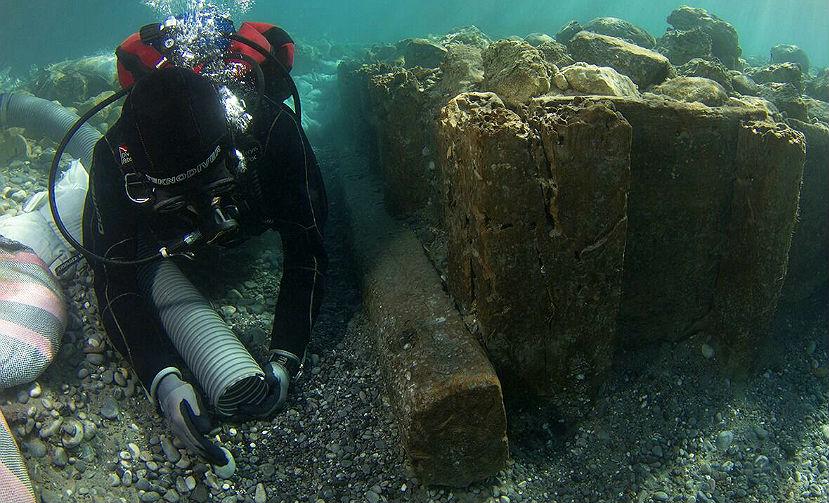 Археологи обнаружили легендарные конструкции затопленного порта Коринфа