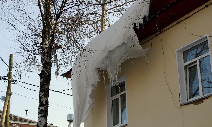 Женщина погибла после падения снежной глыбы с крыши дома в Нижнем Новгороде