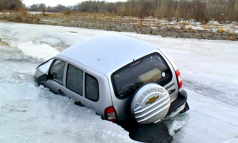 Автомобиль с водителем провалился под лед в Подмосковье