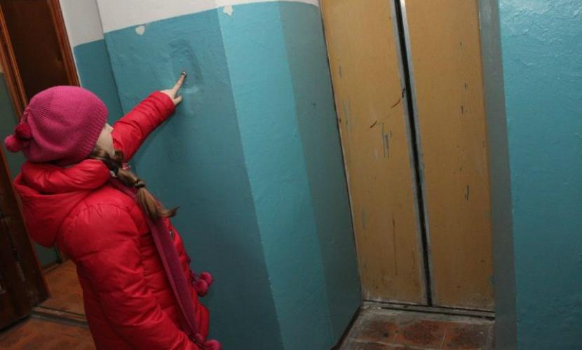 Женщина потеряла сознание при падении лифта на юге Москвы