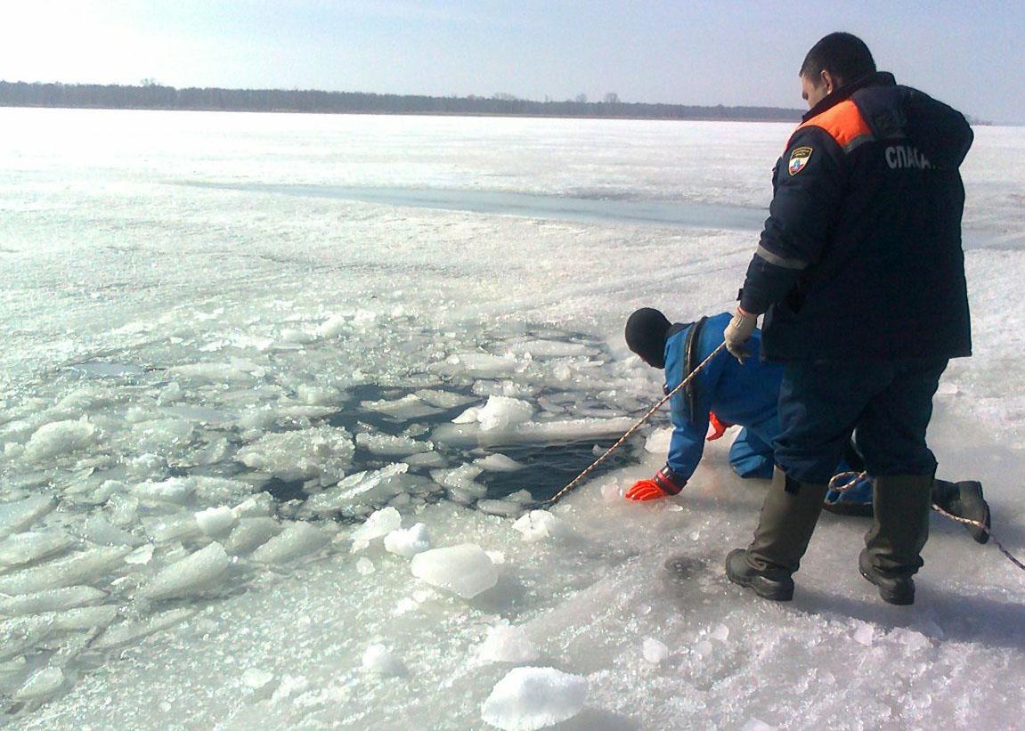 Машина с людьми провалилась во время зимней рыбалки под лед Волги в Тверской области