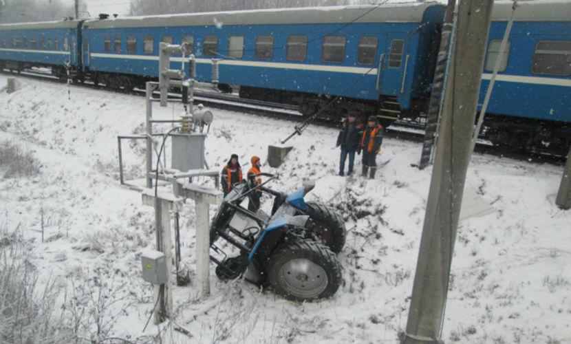 Пассажирский поезд из Москвы снес трактор с путей под Минском