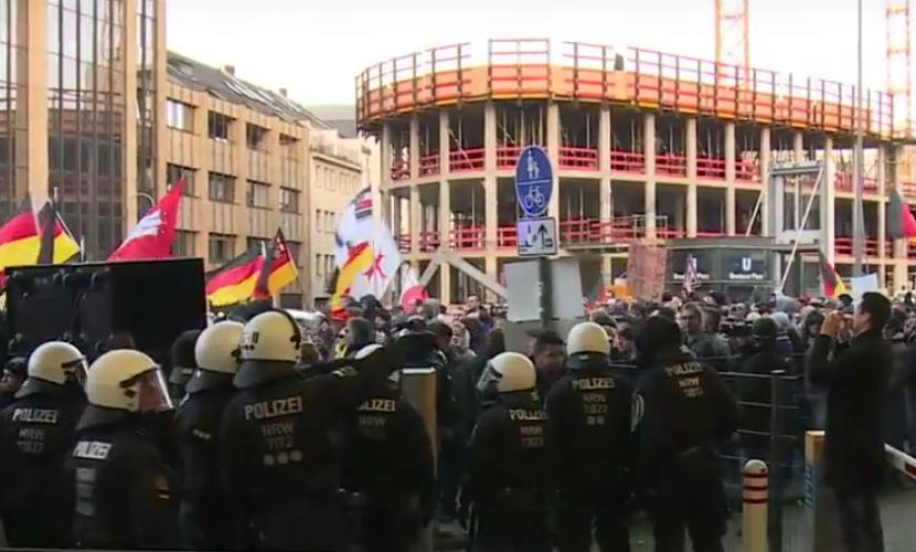 Полиция разогнала 1,3 тысячи участников антиисламского митинга в Кельне
