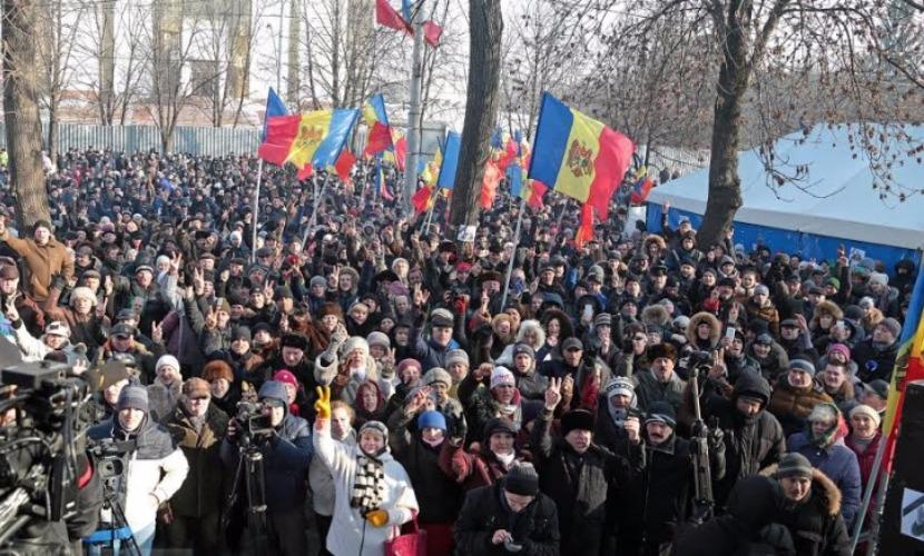 Десятки тысяч людей вышли на акцию протеста в центре Кишинева