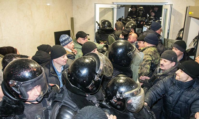 Полиция вытеснила манифестантов из здания парламента в Кишиневе
