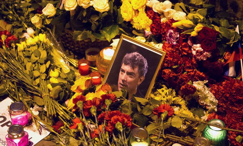 Сотрудники «Гормоста» вывезли портреты Немцова, установленные на месте его гибели