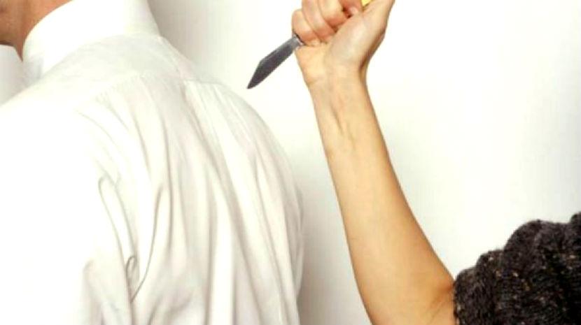Девушка ударом ножа в сердце убила парня за отказ расстаться с ней