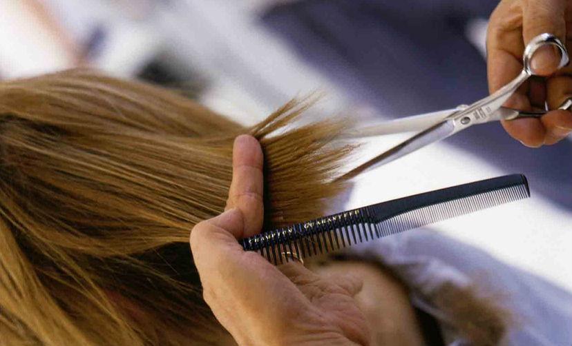 Пенсионерка из Челябинска засудила парикмахера за облысевшую голову