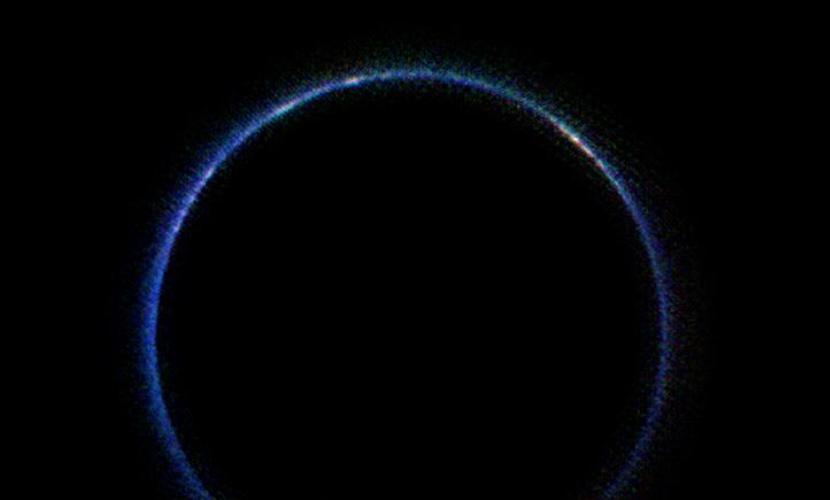 Астрономы обнаружили загадочное синее кольцо вокруг Плутона