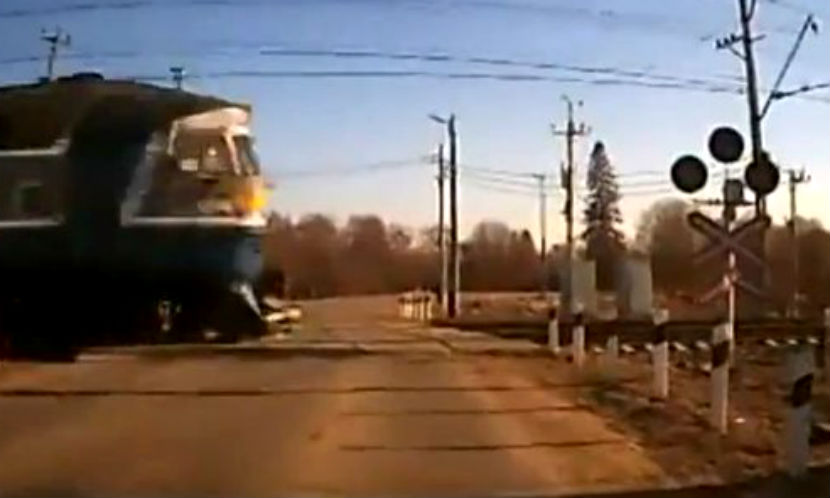 Московский поезд протаранил авто: водитель погиб, девушка травмирована