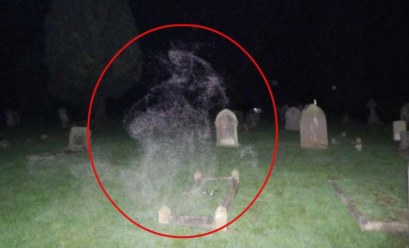 Призрак женщины в капюшоне заметили за молитвой на кладбище в Англии