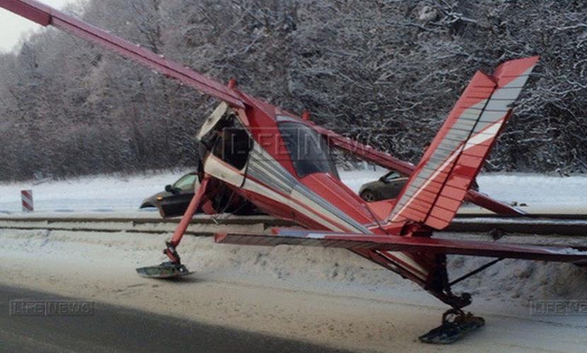 Жесткую посадку из-за отказа двигателя совершил самолет на трассу в Подмосковье
