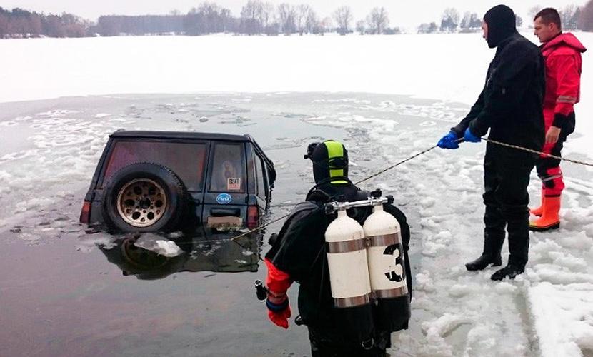 Влюбленные занимались сексом в автомобиле и утопили его в замерзшем водоеме