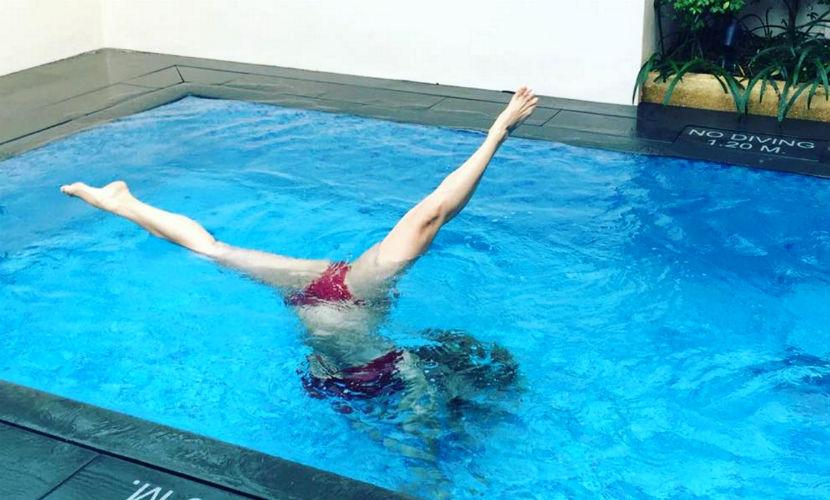 Анна Семенович показала откровенную утреннюю гимнастику в бассейне