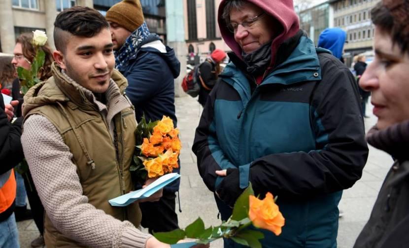 Сирийцы подарили немкам цветы в качестве извинений за нападения