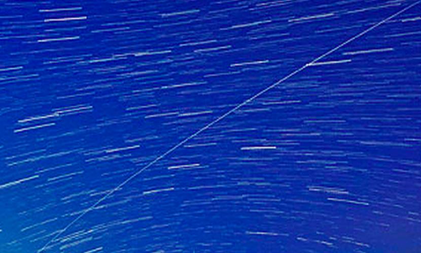 Поразительный след МКС сфотографировали в небе над монастырем в Британии