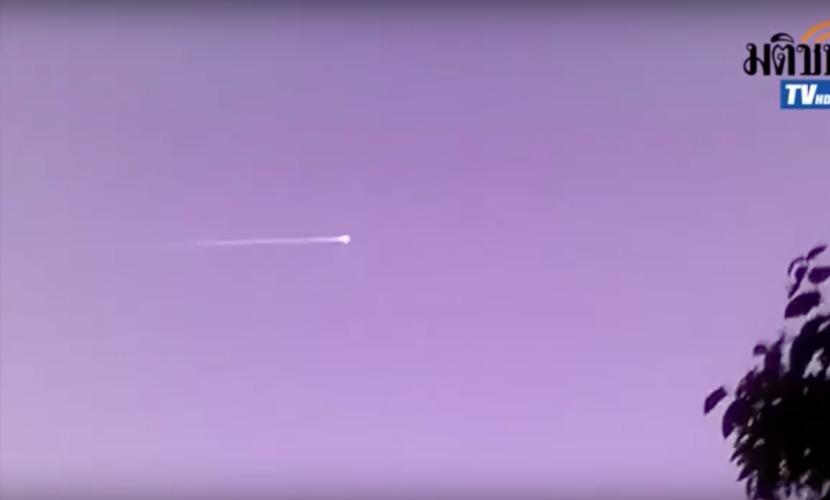 Изумленные очевидцы записали видео полета НЛО на границе Таиланда и Лаоса