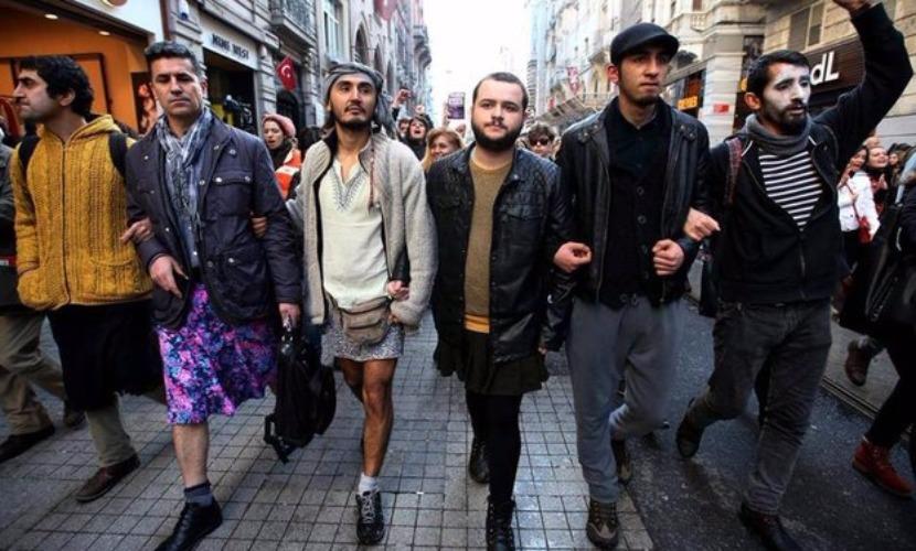 Мужчины вышли в юбках на улицы Амстердама поддержать изнасилованных женщин Кельна