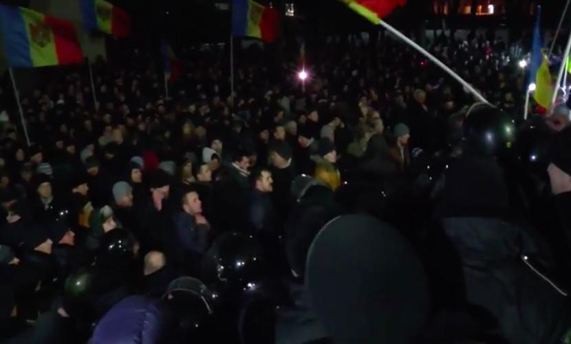 Сторонники Партии социалистов Молдовы штурмом захватили здание парламента
