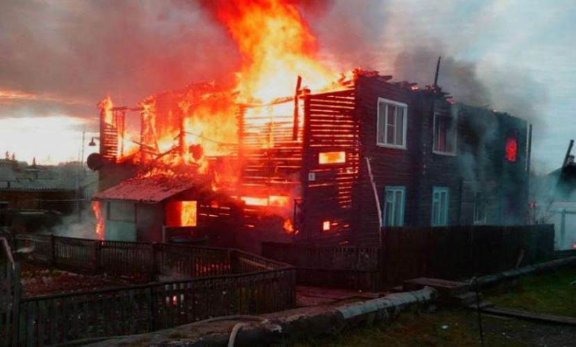 Под Красноярском горит многоквартирный дом: 30 человек эвакуированы, двое пострадали