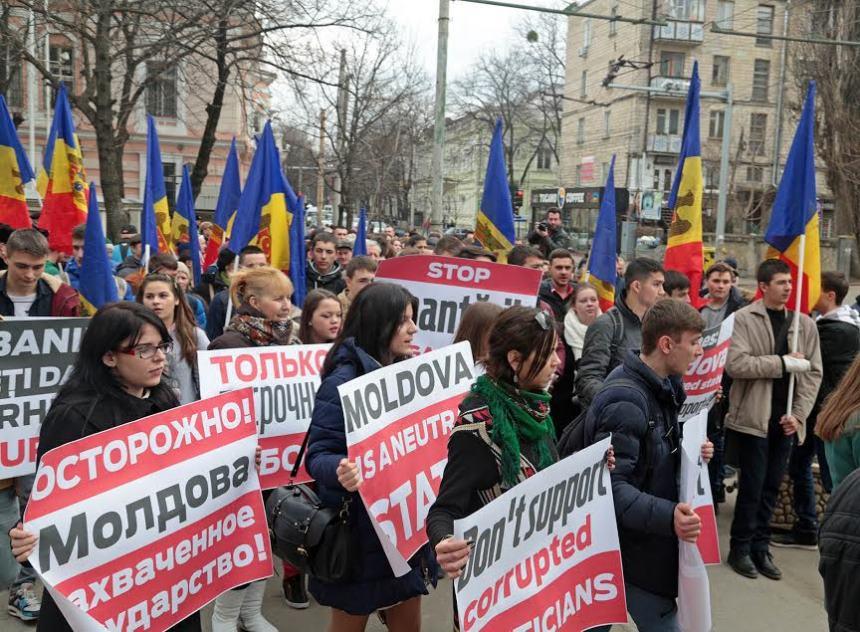 Оппозиция Молдавии пикетировала офис НАТО и посольство США в День советской армии