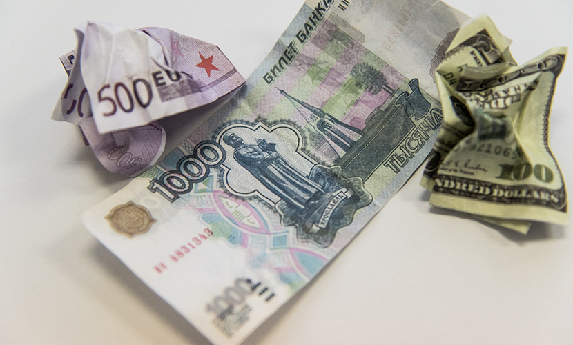 Рубль одинаково укрепился к обеим мировым валютам