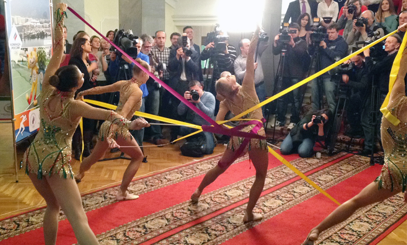 Зажигательные танцы юношей и девушек «взорвали» обыденный день Госдумы