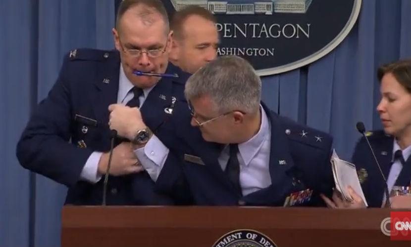 Американский генерал упал в обморок во время пресс-конференции